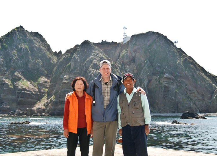 독도 たけしま 獨島 竹島 Kim Seong Do and Kim Shin Yeol with Steve Barber on Dokdo