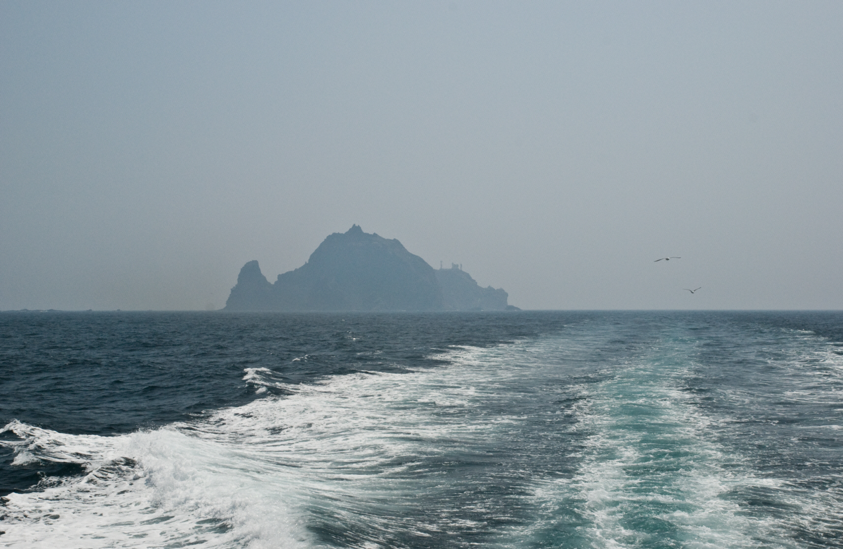 A picture of Korea's Dokdo Island on a hazy day 독도 獨島 竹島 たけしま