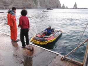 Kim Shin Yeol and Dokdo support staff on Dokdo's West Islet pier 독도 たけしま 獨島 竹島