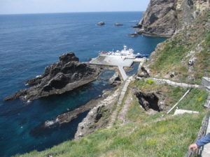 A view of an ROK military ship docking at Dokdo's East Islet 竹島 たけしま 獨島 독도