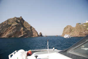 Approaching Dokdo between East and West Islets 獨島 竹島
